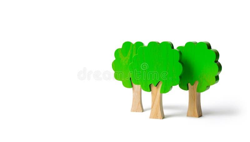 3 диаграммы игрушки деревянных деревьев на изолированной предпосылке Имитация леса Экологическая консервация Светлые планеты Семь стоковые фотографии rf
