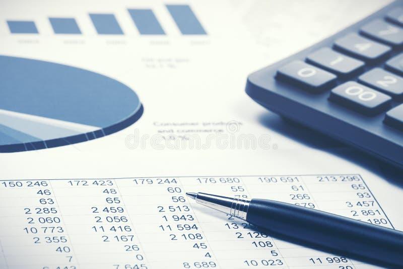 Диаграммы и диаграммы фондовой биржи финансового учета стоковое фото rf