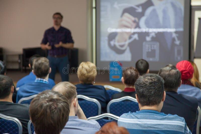 Диктор делает отчет на деловой встрече Аудитория Дело и предпринимательство, конференции стоковые изображения rf