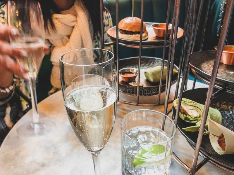 Диск еды и стекла шампанского вместе с погружениями стоковые изображения