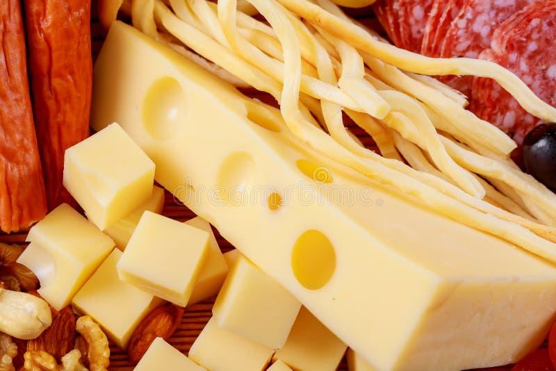 Диск сортированных свежего сыра и салями стоковое изображение rf