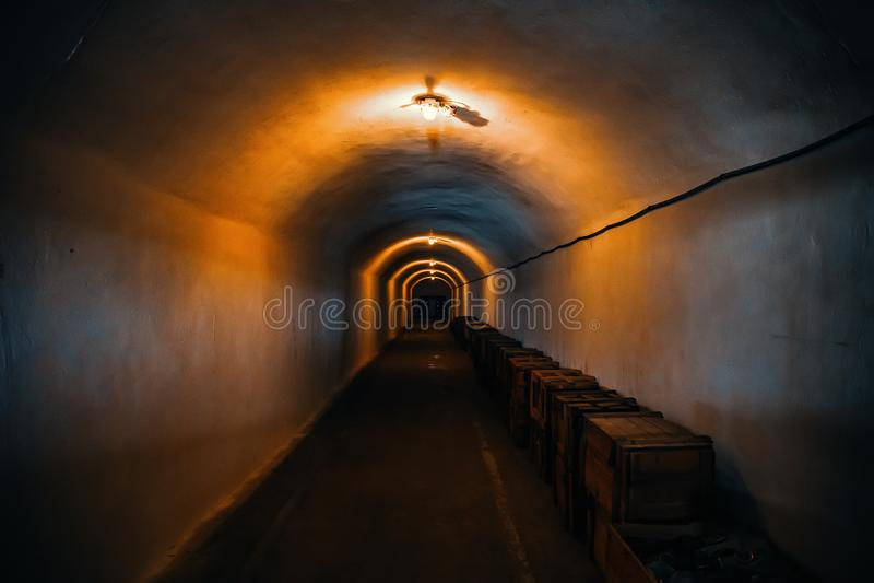 Длинный коридор или загоренный тоннель в укрытии бомбы, подземном военном бункере холодной войны, перспективы стоковые изображения
