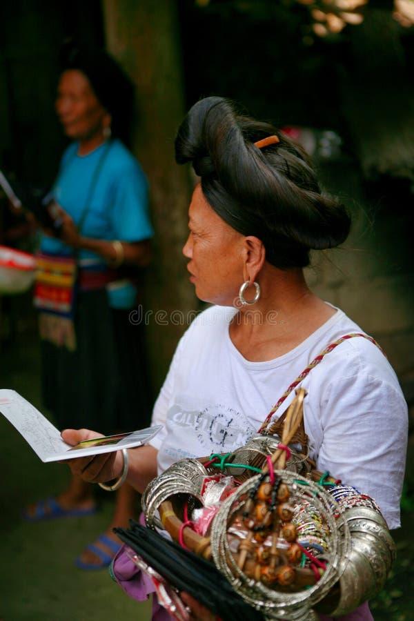 Длинн-с волосами женщина людей Yao продает сувениры к туристам стоковые изображения rf