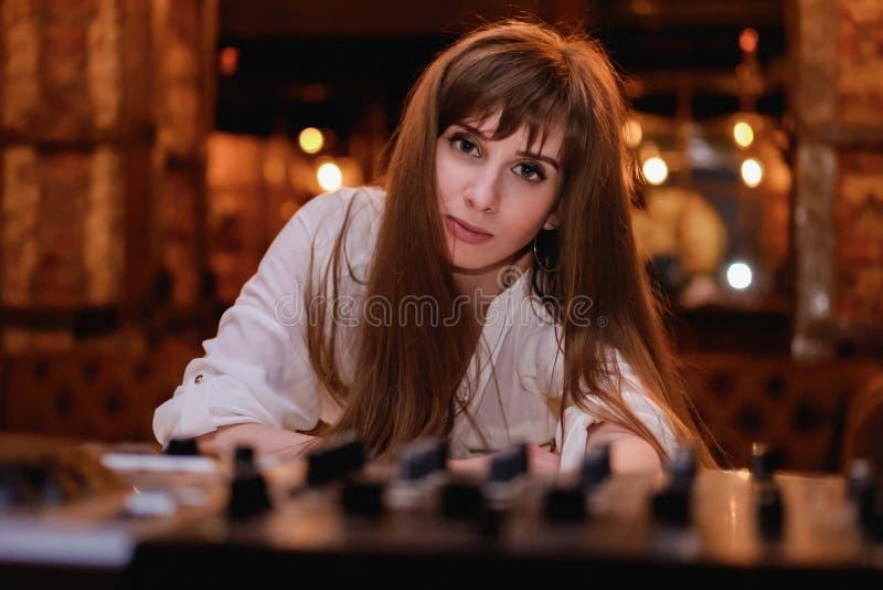 Длинн-с волосами девушка в белой блузке сексуальная девушка в ночной жизни, пристанища стоковая фотография