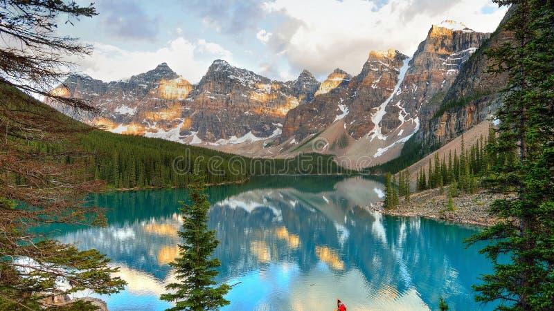 ¾ Ри Ð  ÐΜÑ Ð «‹¾ Ñ€Ñ Ð, л·¾ ÐΜрРГоры, лес и озеро стоковое фото rf