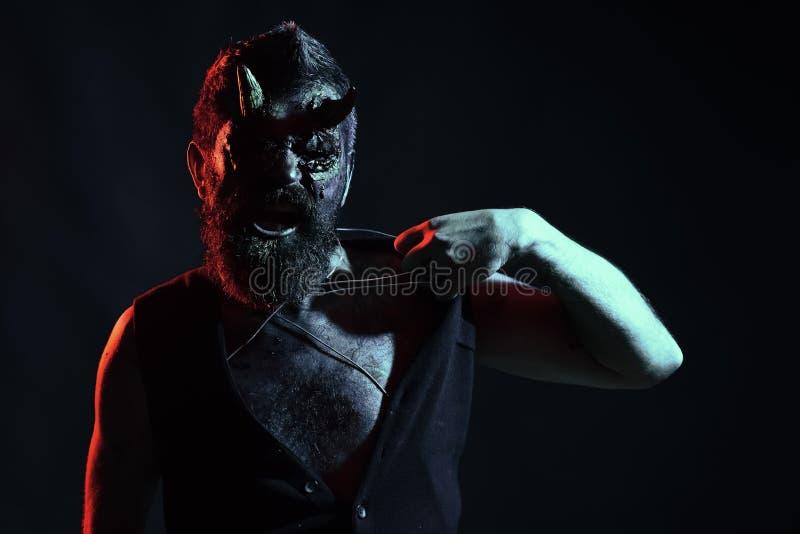 Дьявол с красными глазами крови, борода хеллоуина, раны на стороне стоковая фотография