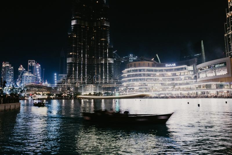 ДУБАЙ, ОАЭ - январь 02,2019: Небоскреб в ночи, Дубай Burj Khalifa Burj Khalifa самый высокорослый небоскреб в мире стоковые изображения rf