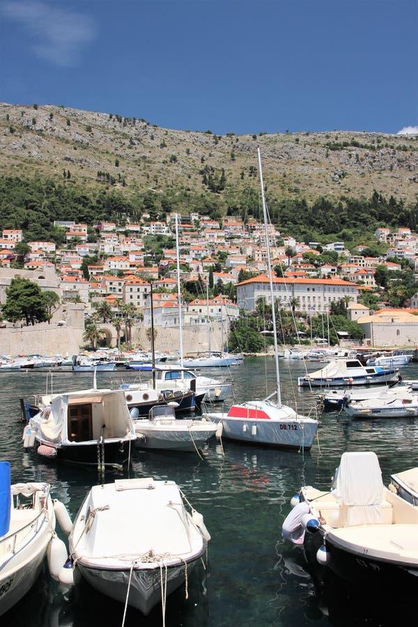 Дубровник, Хорватия, июнь 2015 Яхты состыкованные в заливе старого города стоковые фотографии rf