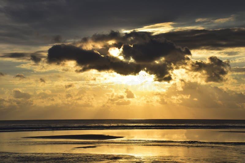 ¿ ¾ РуÐ'Ð ‡ души Ñ волны воды красоты облака неба природы захода солнца изумительное стоковые изображения rf