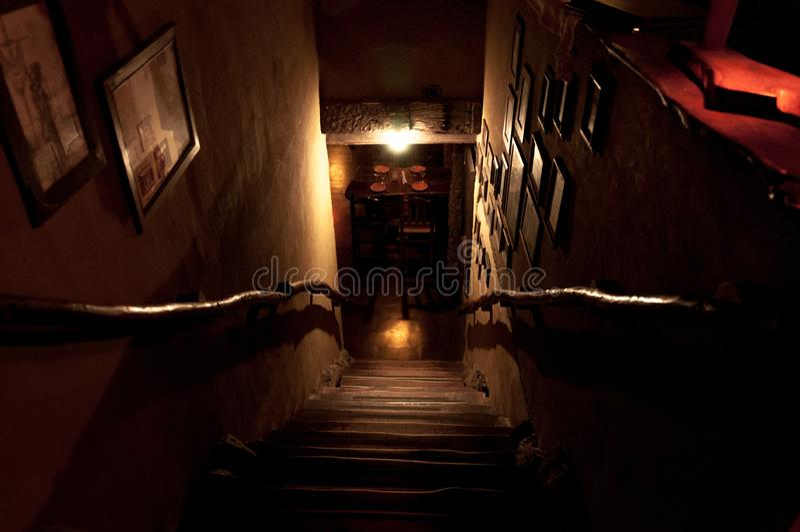 Драматическая точка зрения лестниц от внешней стороны стоковые фото