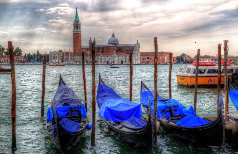 Драматический взгляд города Венеции с гондолой стоковые фото