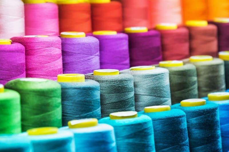 Другой цвет наматывает потока для текстильной промышленности стоковая фотография rf