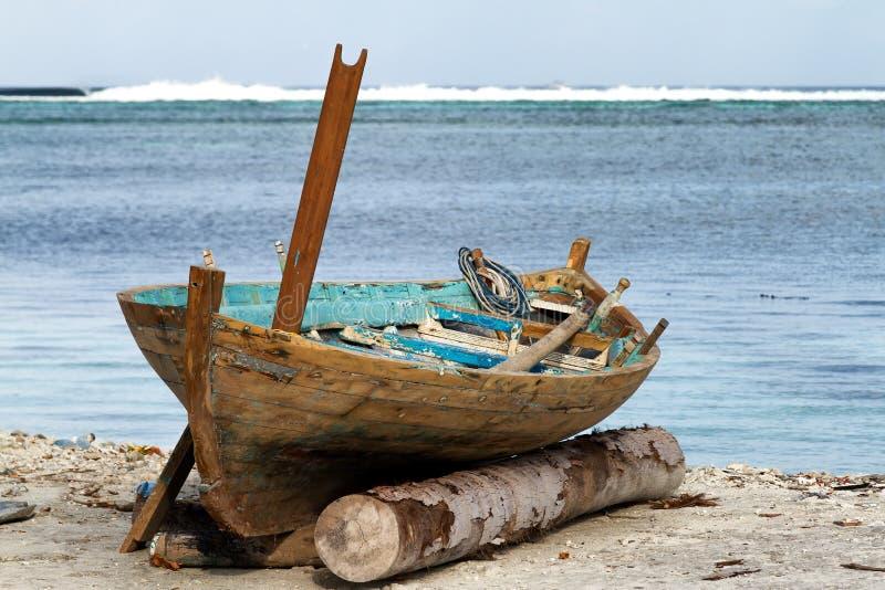 Ð ¡ Ñ 'Ð°Ñ€Ð°Ñ  Д Ð ¾ Ð'ка,老小船海岛9月2013年,马尔代夫 免版税图库摄影