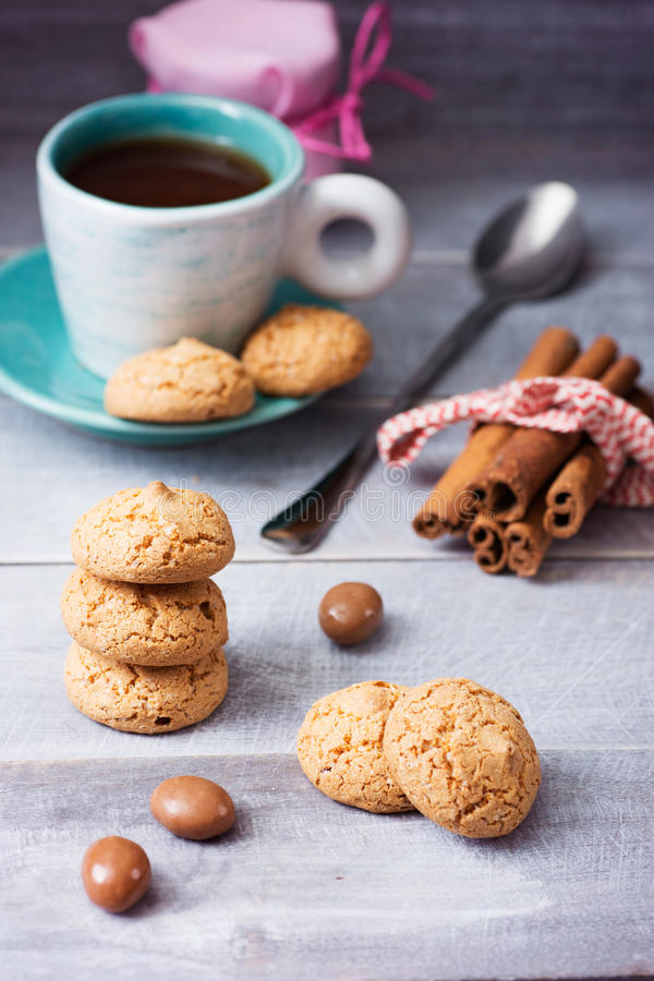Ð ¡ επάνω του καφέ και ενός μακριού κουταλιού με oatmeal τα μπισκότα, ένα βάζο του j ελεύθερη απεικόνιση δικαιώματος
