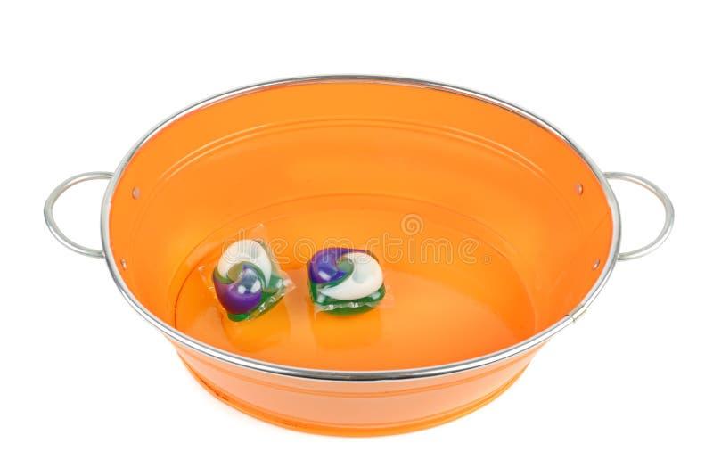 Ð'asin et protections de gel avec la poudre de liquide de lavage d'isolement sur le fond blanc images stock