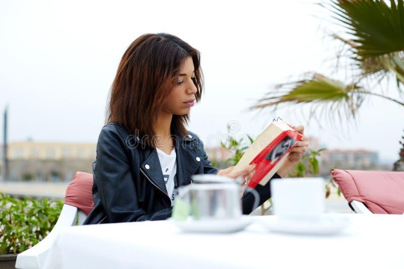 Ð ¡ die de lezingsroman of boek berokkent van de afro Amerikaans vrouw tijdens haar recreatietijd bij weekend stock foto's