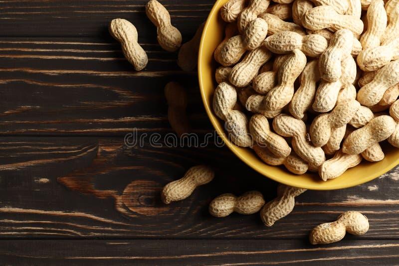 Ð-eanuts på träbakgrund arkivbild