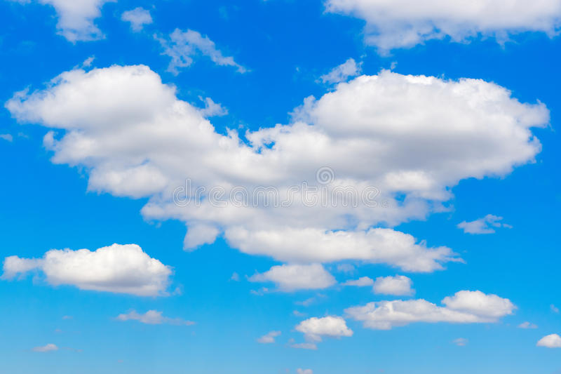 Ð ¡ głośny w kształcie serce w niebieskim niebie zdjęcie stock