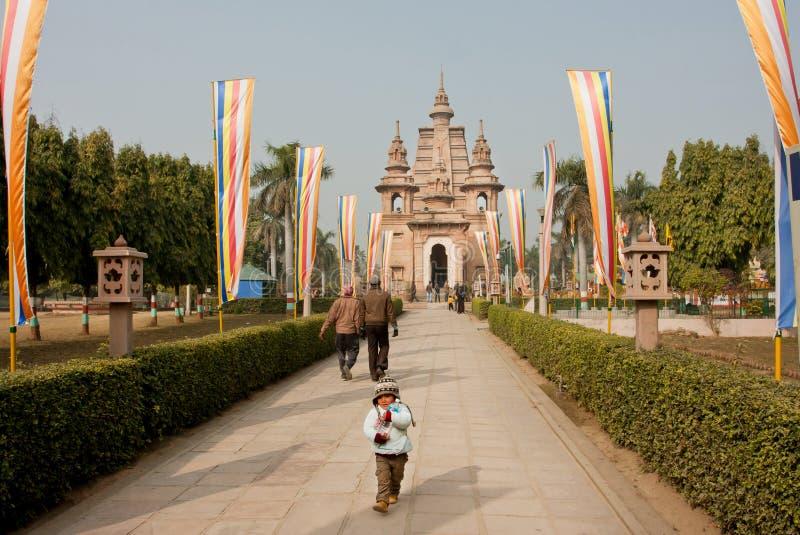 Ð-¡ hild som går från den historiska buddistiska templet fotografering för bildbyråer
