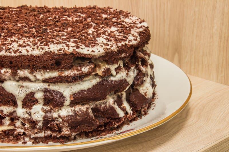 Ð-¡ hocolate Kuchen wird im Sauerrahm getränkt und verziert mit Schokoladenschnitzeln lizenzfreies stockbild