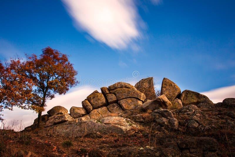 Ð  megalit blisko przy wioską Senokos obrazy stock