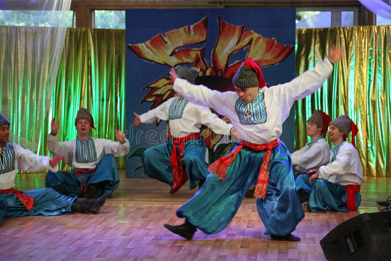 Ð ¾ n scena jest tancerzami i piosenkarzami, aktorzy, chorów członkowie, tancerze Korpus De Balet, soliści Ukraiński Kozacki zesp fotografia stock