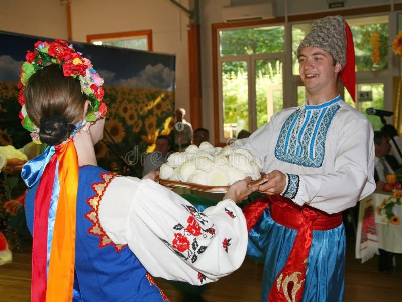 Ð ¾ n scena jest tancerzami i piosenkarzami, aktorzy, chorów członkowie, tancerze Korpus De Balet, soliści Ukraiński Kozacki zesp obrazy royalty free