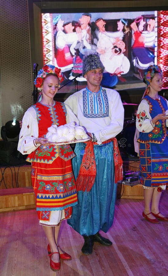 Ð ¾ n scena jest tancerzami i piosenkarzami, aktorzy, chorów członkowie, tancerze Korpus De Balet, soliści Ukraiński Kozacki zesp obrazy stock