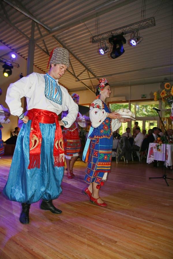 Ð ¾ n scena jest tancerzami i piosenkarzami, aktorzy, chorów członkowie, tancerze Korpus De Balet, soliści Ukraiński Kozacki zesp obraz stock