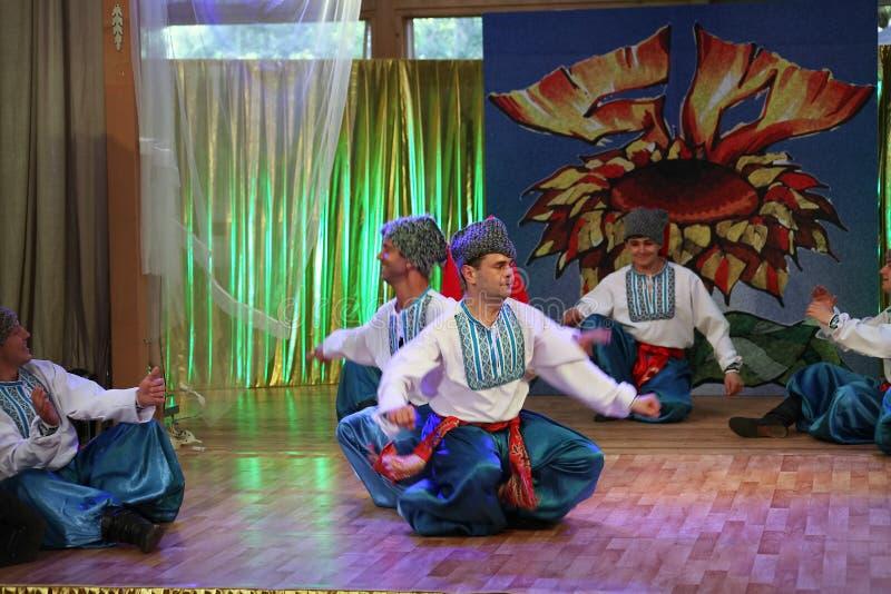 Ð-¾ n Stadium sind Tänzer und Sänger, Schauspieler, Chormitglieder, Tänzer von corps de ballet, Solisten des ukrainischen Kosaken lizenzfreie stockbilder