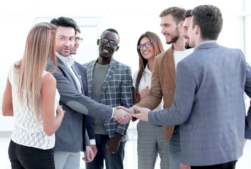 Добро пожаловать и рукопожатие деловых партнеров стоковая фотография rf