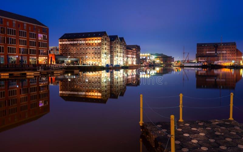 Доки Глостера на канале сметливости Квартиры склада отразили в воде набережной стоковое изображение rf