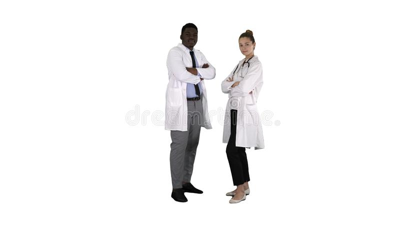Доктора женщины и человека с пересеченными оружиями на белой предпосылке стоковое изображение rf