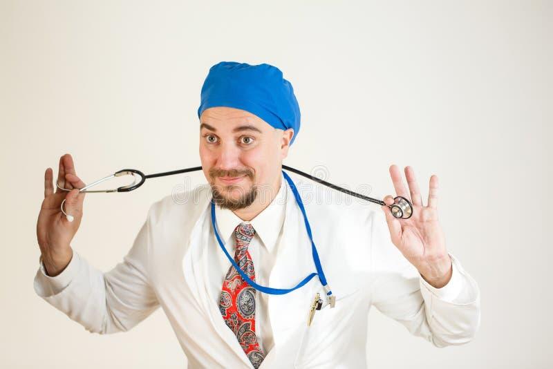 Доктор имеет потеху и держит стетоскоп стоковое изображение rf