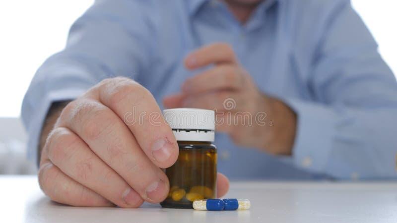 Доктор Presenting Лекарство с таблетками и лекарствами для предохранения депрессии стоковое изображение rf