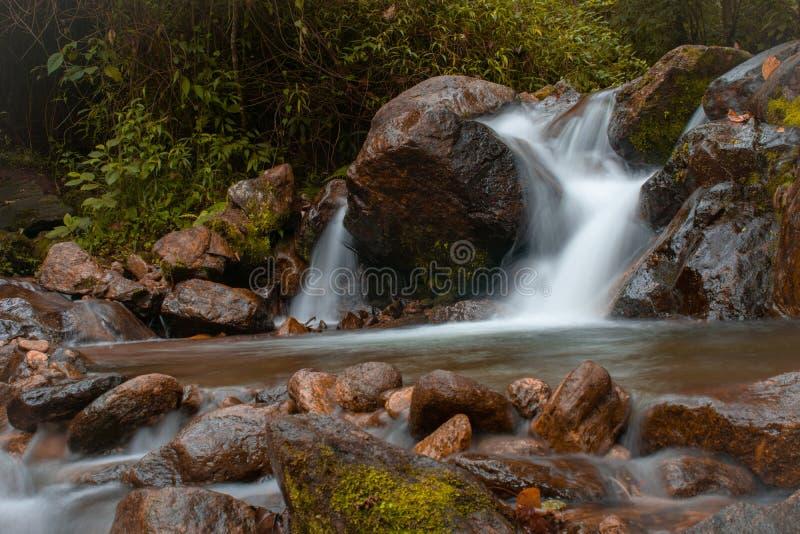 Долгая выдержка падения воды стоковое фото