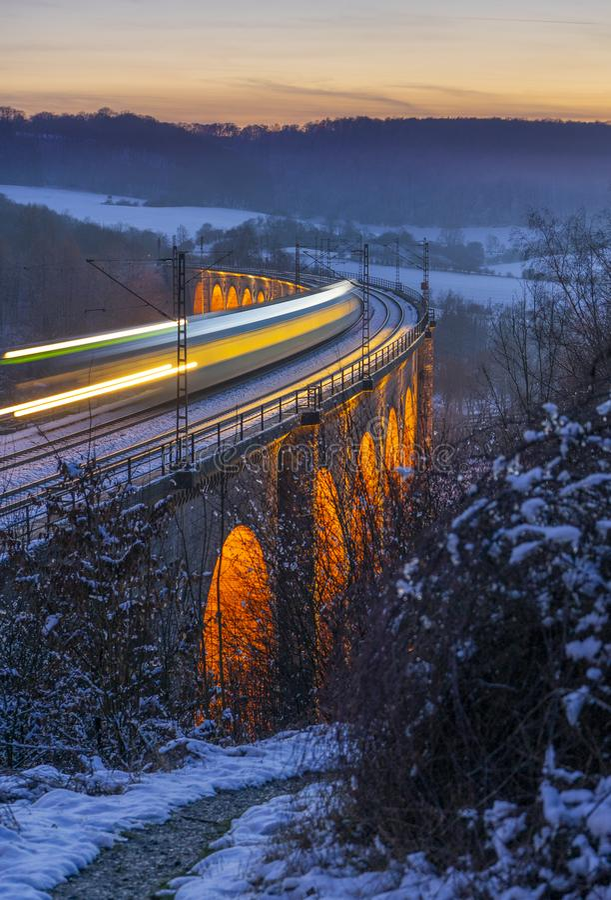 Долгая выдержка поезда на виадуке стоковое изображение