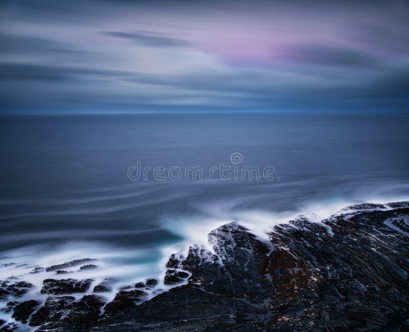 Долгая выдержка снятая скалистого побережья seashore на зоре после захода солнца, России стоковое фото
