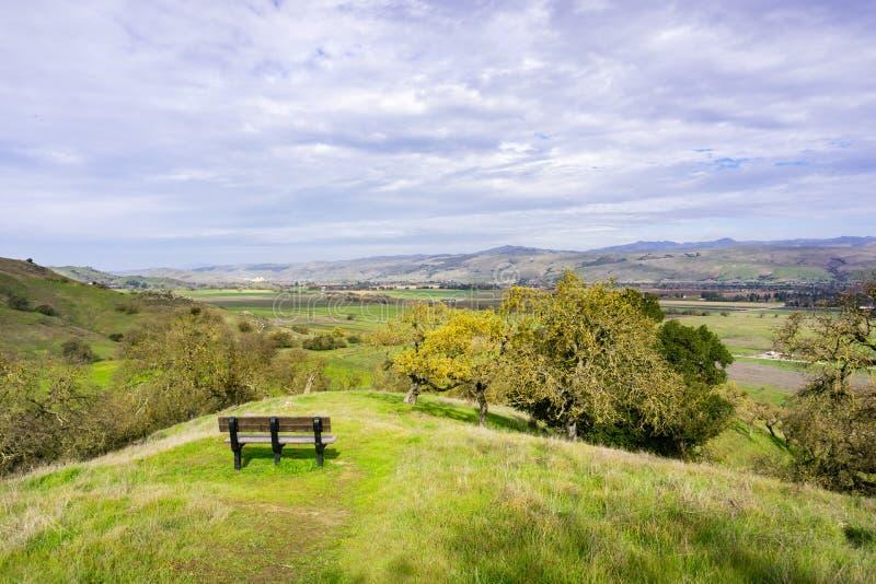Долина обозревает в заповеднике открытого пространства долины койота, холме Моргана, южной области San Francisco Bay, Калифорния стоковые фотографии rf