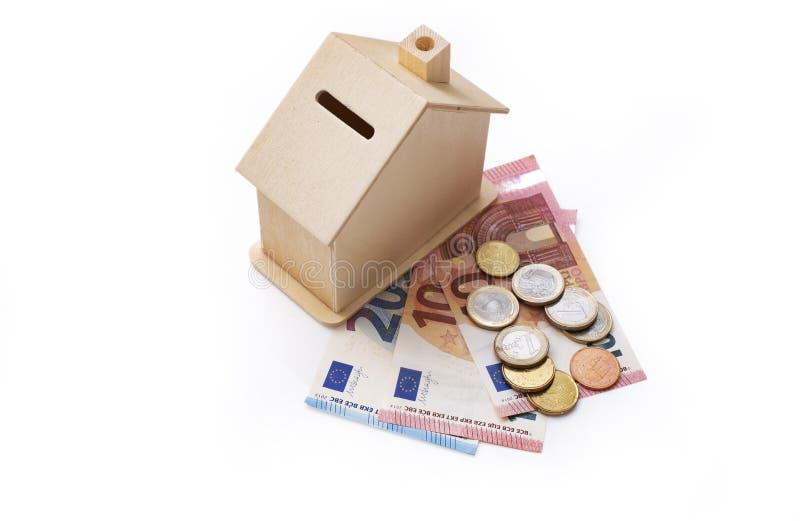 Дом денежного ящика с деньгами евро, сбережениями или концепцией ипотеки стоковые фото
