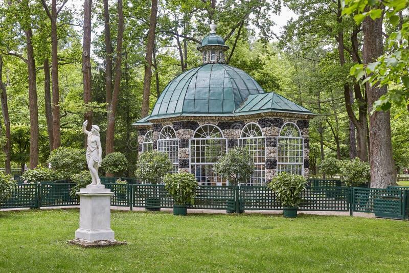 Дом статуи и сада на садах Peterhof близко к Санкт-Петербургу в России стоковые изображения