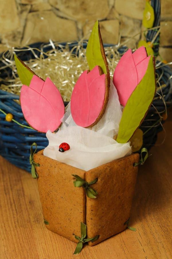 Домодельные печенья имбиря в форме корзины цветков тюльпана на голубой салфетке на деревянной предпосылке крупного плана eyedropp стоковые фотографии rf