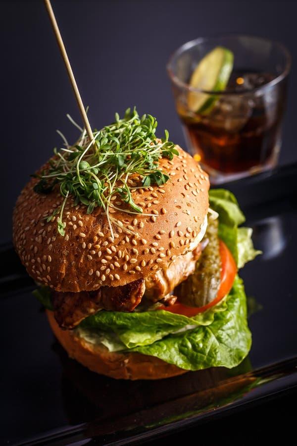 Домодельный вкусный гамбургер с говядиной, сыром и caramelized луками стоковое фото rf