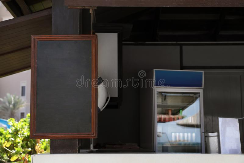 Доска меню с космосом для текста прикрепленного в штендер бара стоковое изображение rf
