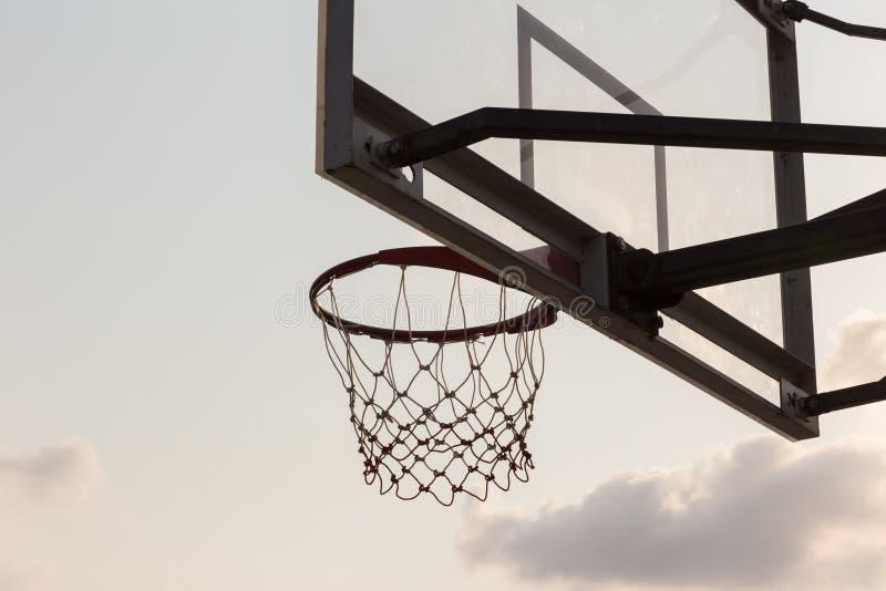 доска шарика корзины под небом с белыми облаками Баскетбольная площадка со старым бакбортом небо и белые облака на предпосылке стоковая фотография