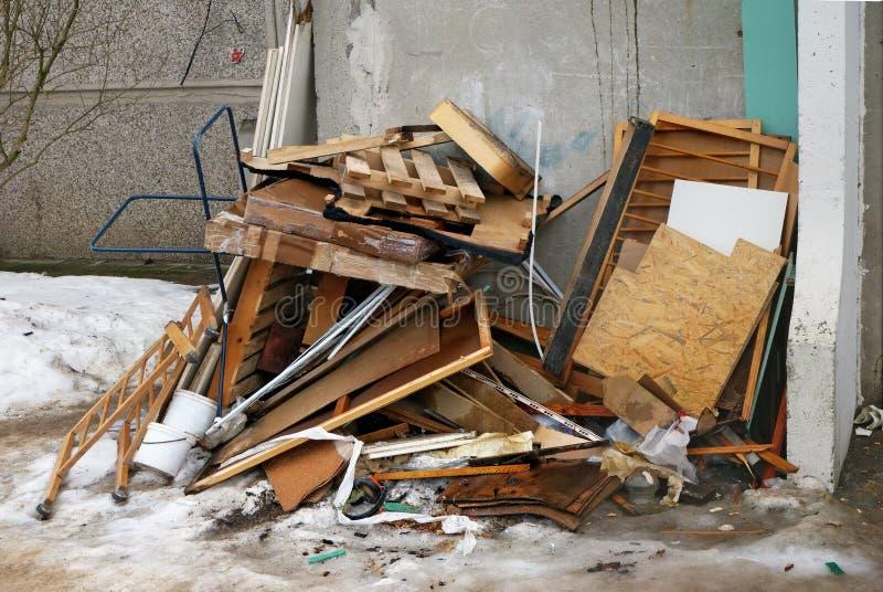 Доски и старая мебель на свалке мусора около жилого дома стоковая фотография rf