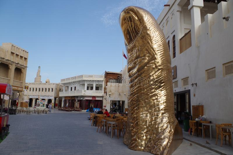 """Доха, Катар, """"Le Pouce """", скульптура в форме гигантского большого пальца руки, часть искусства провозглашенным французским художн стоковое фото"""