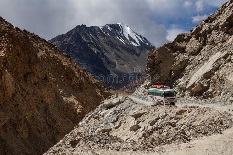 Дорога горы в индийских Гималаях стоковое фото rf