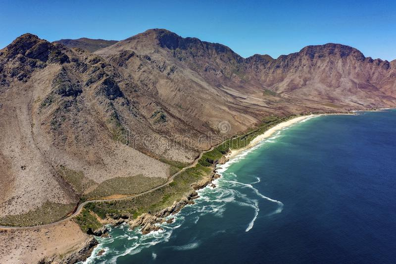 Дорога побережья с морем и горами стоковое фото rf