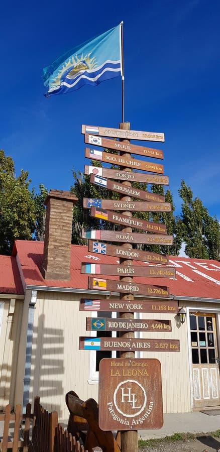 Дорожные знаки показывая расстояния к различным положениям по всему миру, Аргентина стоковое изображение rf